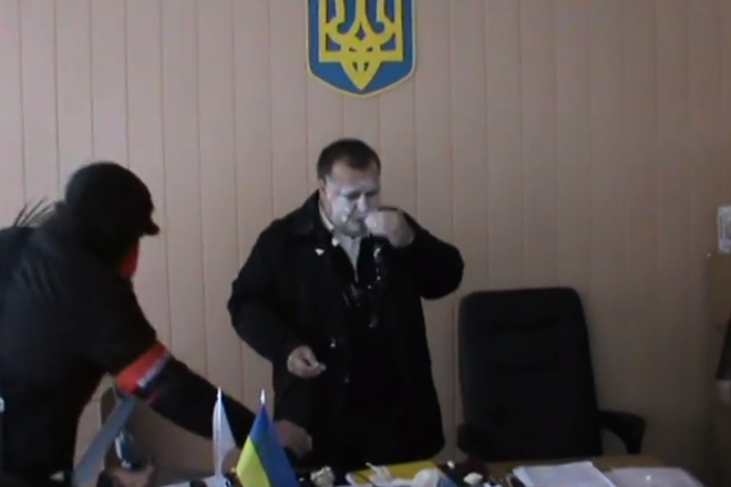 Типичная Украина: «Активисты» напали на чиновника в его кабинете (ВИДЕО 18+)   Русская весна