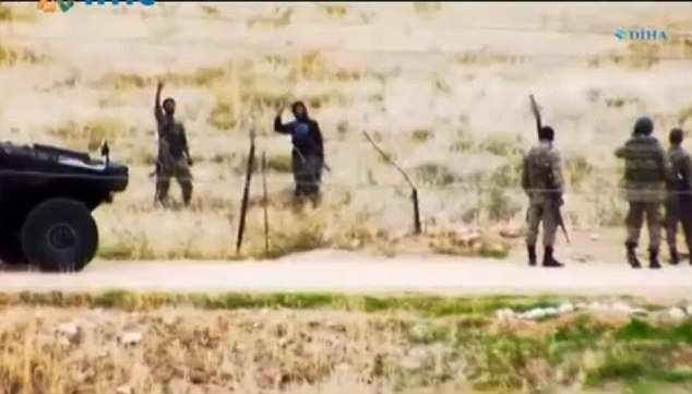 Боевики ИГИЛ непринужденно болтают с турецкими пограничниками, гуляя вдоль границы (ФОТО, ВИДЕО) | Русская весна