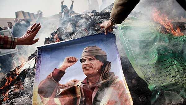Шокирующие кадры: Телеканал BBC показал новое видео последних минут жизни Муаммара Каддафи (ВИДЕО 18+) | Русская весна