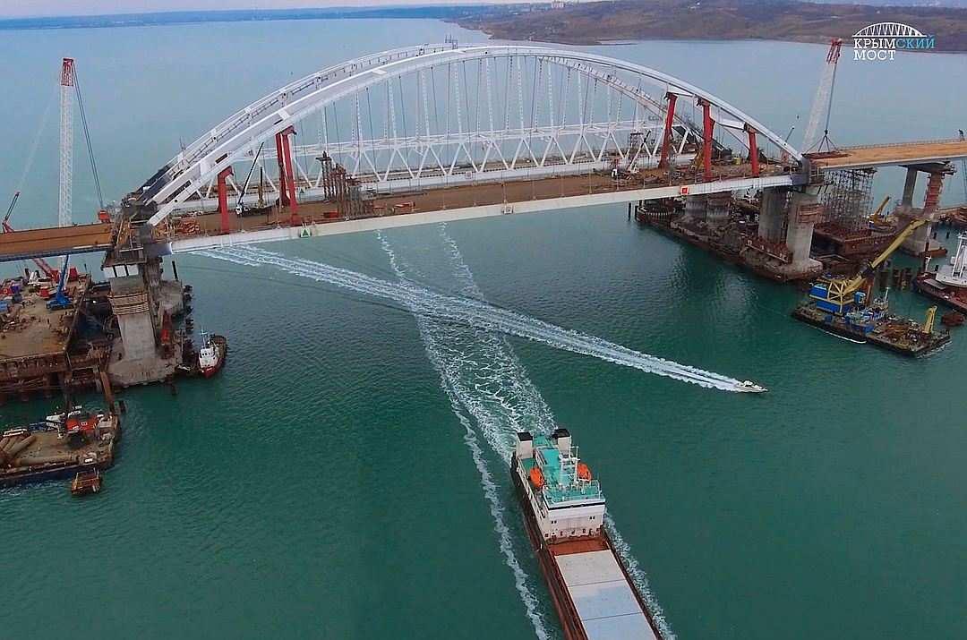На Украине жалуются, что из-за Керченского моста вМариуполь немогут зайти суда | Русская весна