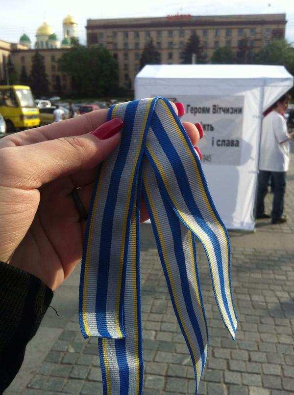 В Днепропетровске массово раздают серо-голубые «новые украинские георгиевские ленточки» | Русская весна