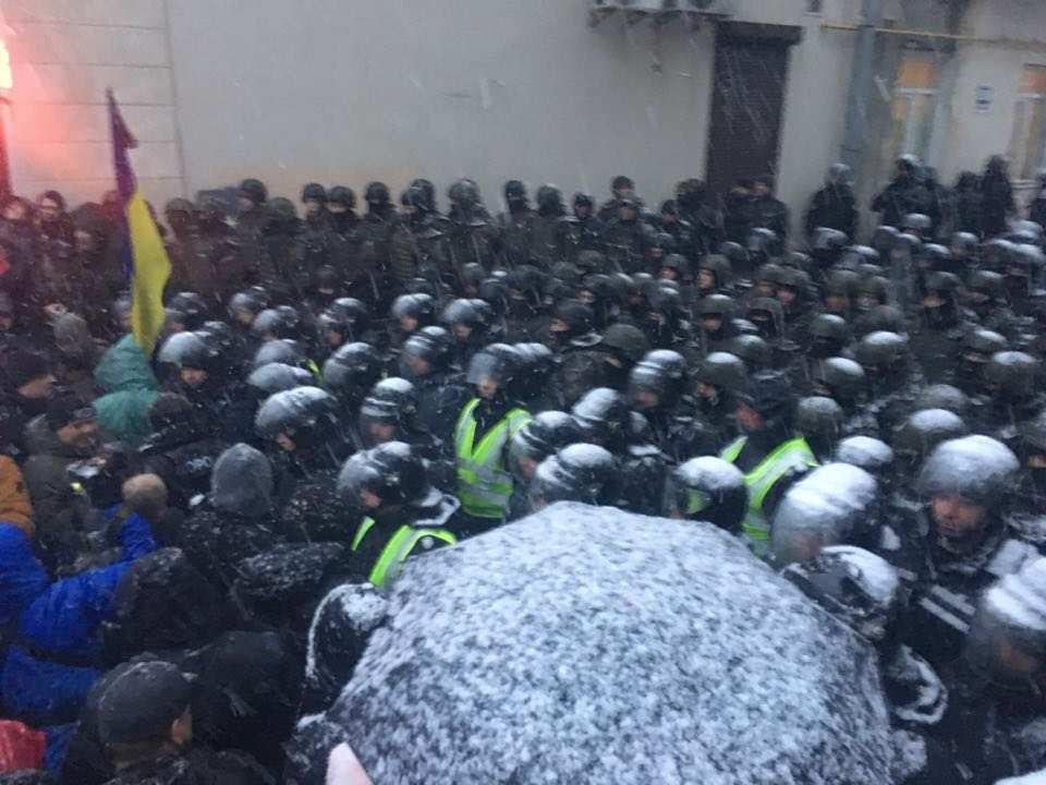 Сторонники Саакашвили окружили СИЗО, заблокировали улицу (ФОТО, ВИДЕО)   Русская весна