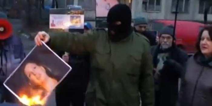 Спасибо за печеньки: возле посольства США в Киеве жгли портреты Нуланд (ВИДЕО) | Русская весна