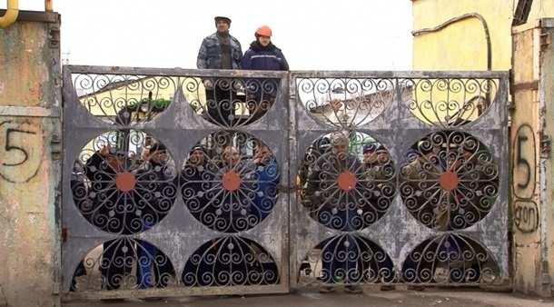 ВОдессе рабочие закрыли вход назавод инепускают налоговиков (ФОТО)   Русская весна