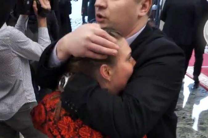 Очевидец рассказал, как в Минске охранник Порошенко чуть не задушил российскую журналистку (ВИДЕО) | Русская весна