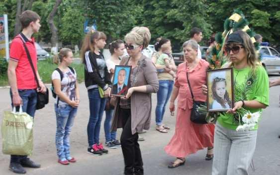 Более 2тысгорловчан проводили впоследний путь 11-летнюю девочку иееотца, погибших приукраинском обстреле (ВИДЕО) | Русская весна