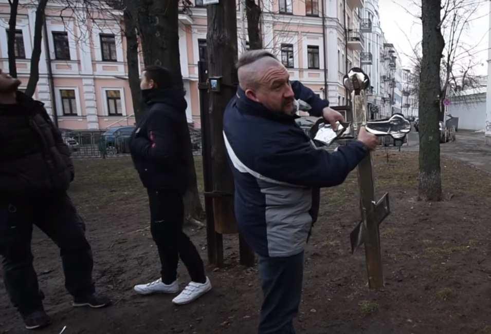 Неонацисты уничтожили Поклонный крест в Киеве (ВИДЕО) | Русская весна