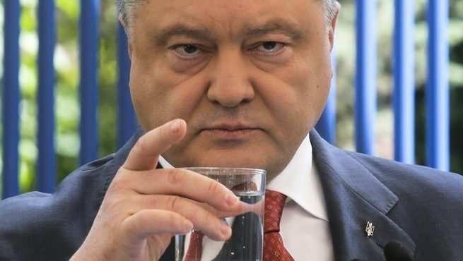 «Бутылка отвлекла от покорения мира»: в Сети обсуждают обнаружение Порошенко | Русская весна