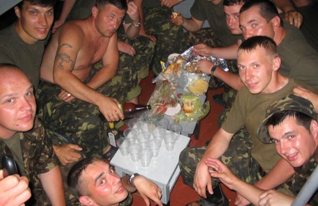 «Элита» ВСУ — пьяные украинские военные на передовой (ВИДЕО 18+) | Русская весна