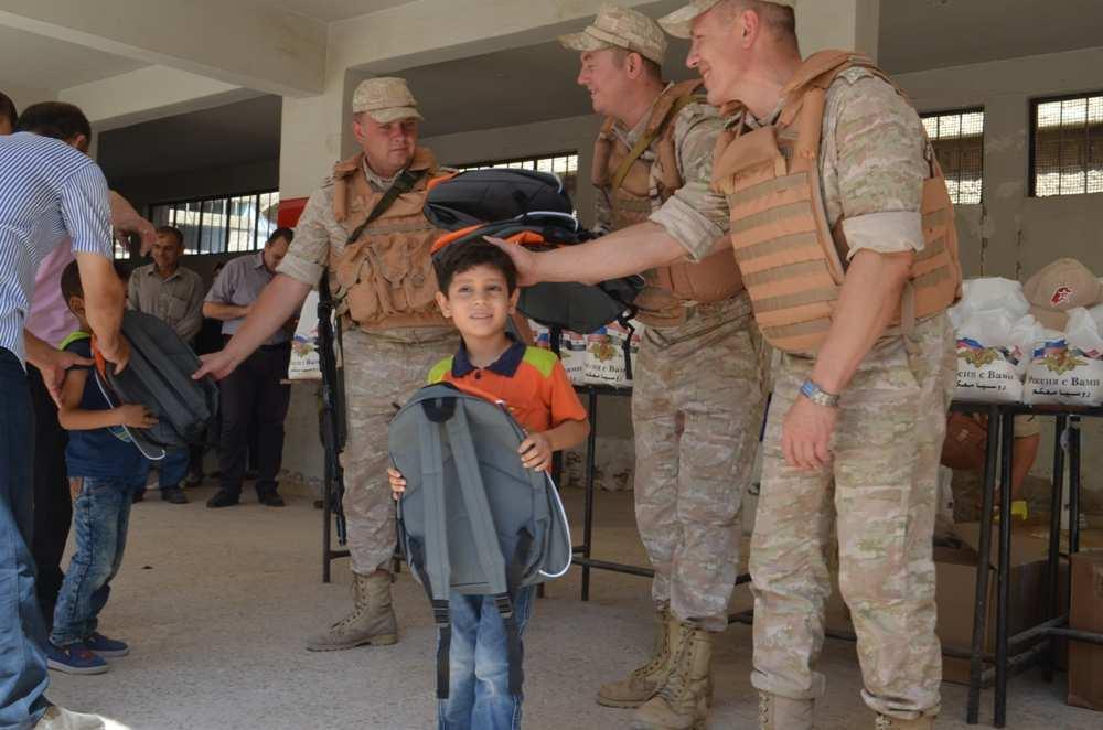 Трогательные кадры: Российские военные и первоклассники Сирии в освобождённом городе — репортаж РВ (ФОТО) | Русская весна