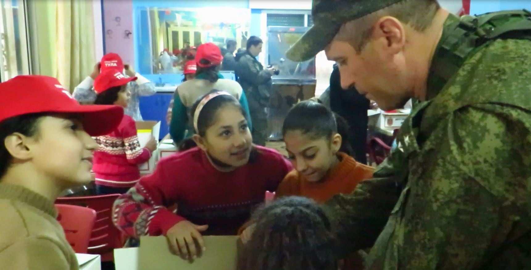 Трогательные кадры: Российские военные привезли подарки в Алеппо, а дети Сирии поздравили Россию с Новым годом (ВИДЕО) | Русская весна