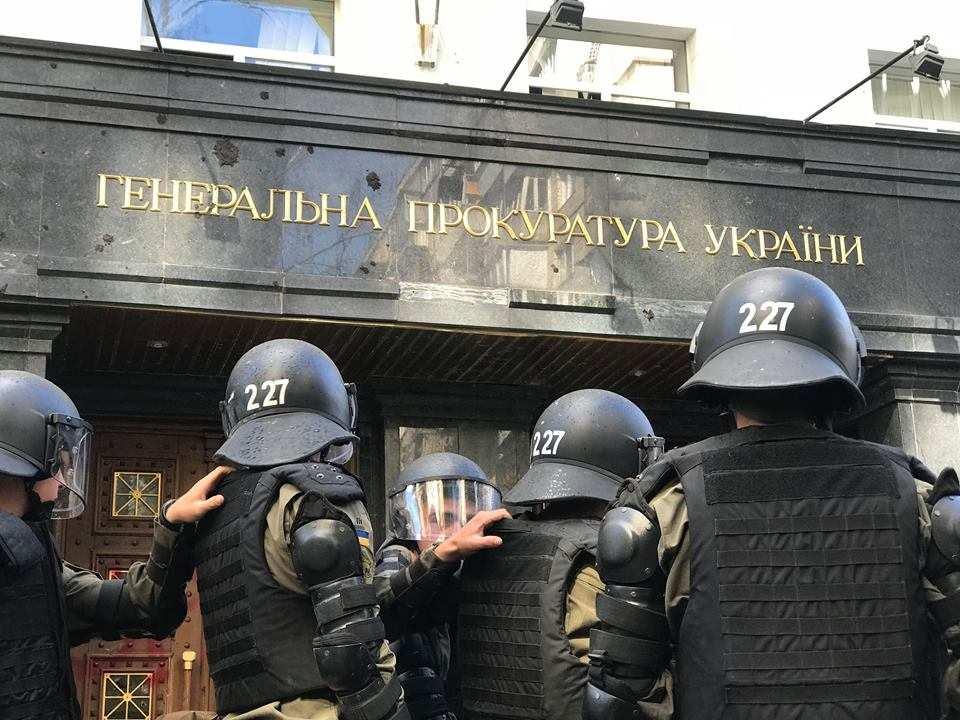 «Ответка» за Генпрокуратуру: В Киеве штурмуют офис неонацистов (+ВИДЕО) | Русская весна
