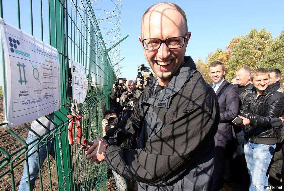 Яценюк построил крымскую стену: в Сети высмеяли власти Украины | Русская весна