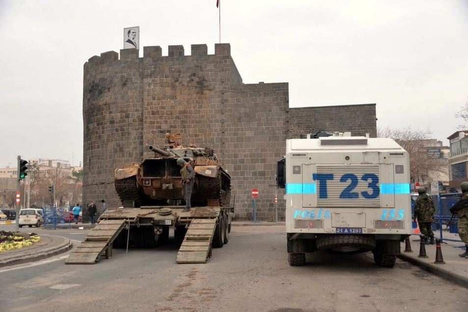 ВАЖНО: Турция разворачивает танки на улицах курдской столицы — города Диярбакыр (ФОТО, ВИДЕО) | Русская весна