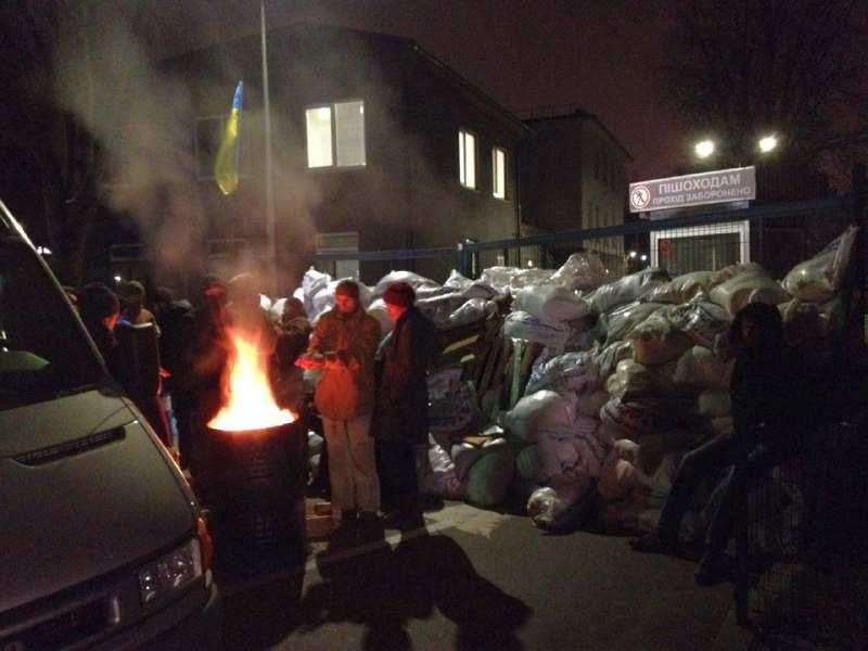 Экстремисты разбирают баррикаду под офисом телеканала NewsOne в Киеве | Русская весна