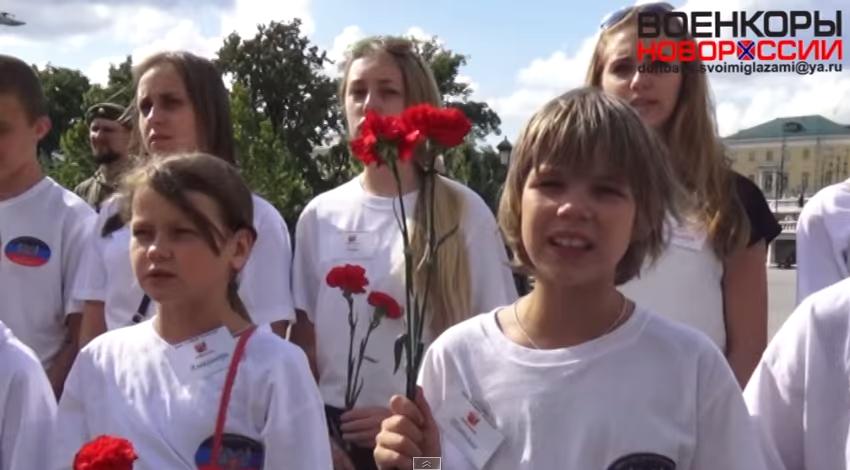 Дети из Горловки вместе с ополченцами развернули флаги Новороссии у стен Кремля (ВИДЕО) | Русская весна