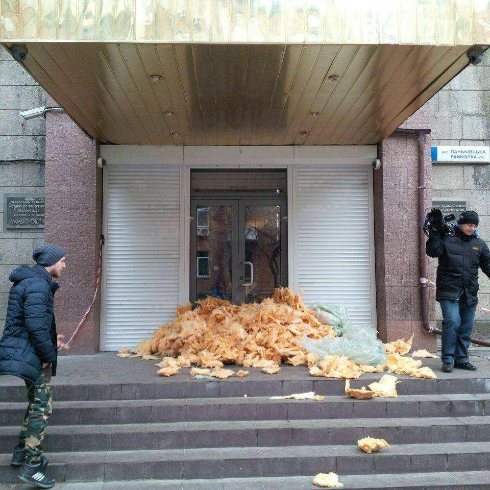 В Киеве забросали ватой входы в офисы нескольких телеканалов (ФОТО) | Русская весна