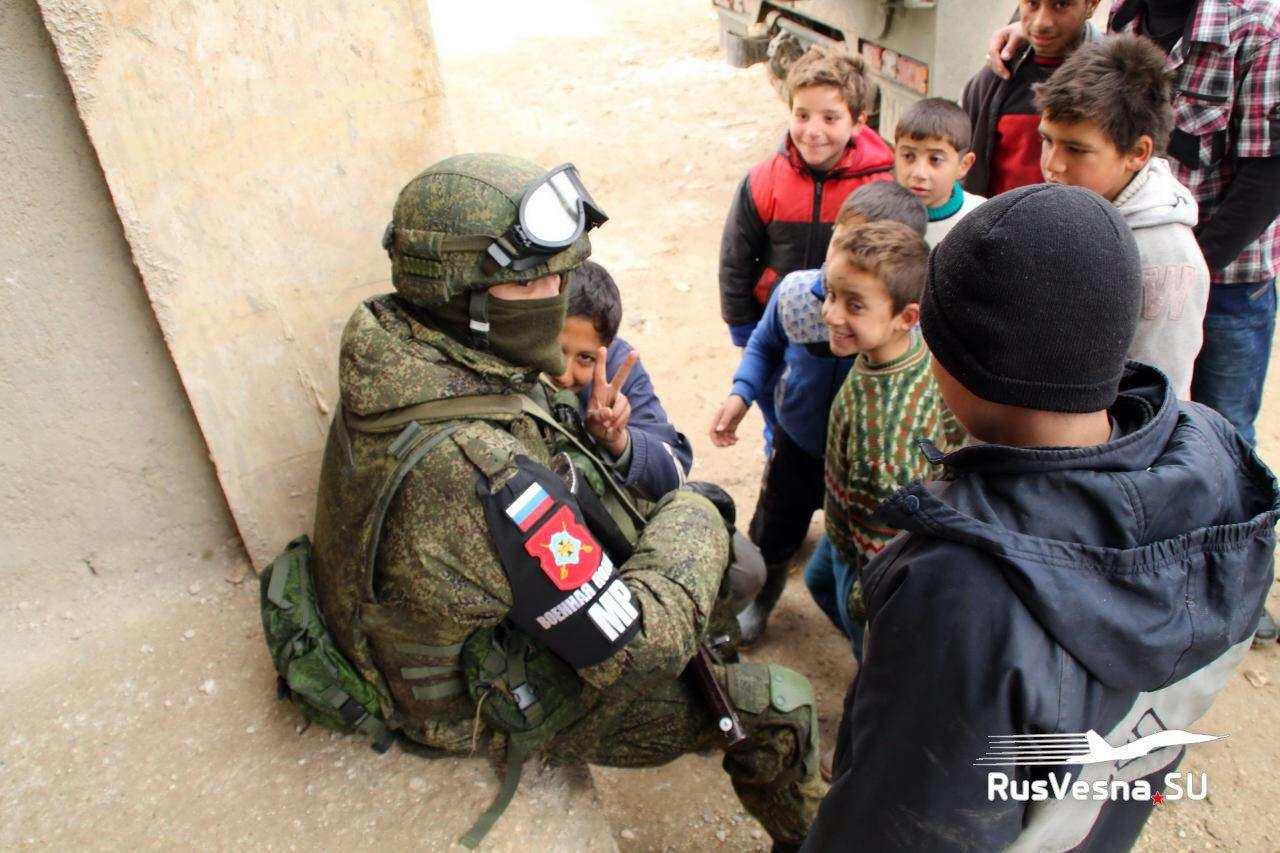Российский конвой прибыл под Хаму: БТРы, офицеры и детские улыбки (ФОТО) | Русская весна