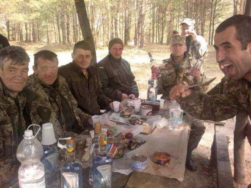 Порошенко признал массовое пьянство и наркоманию в ВСУ | Русская весна