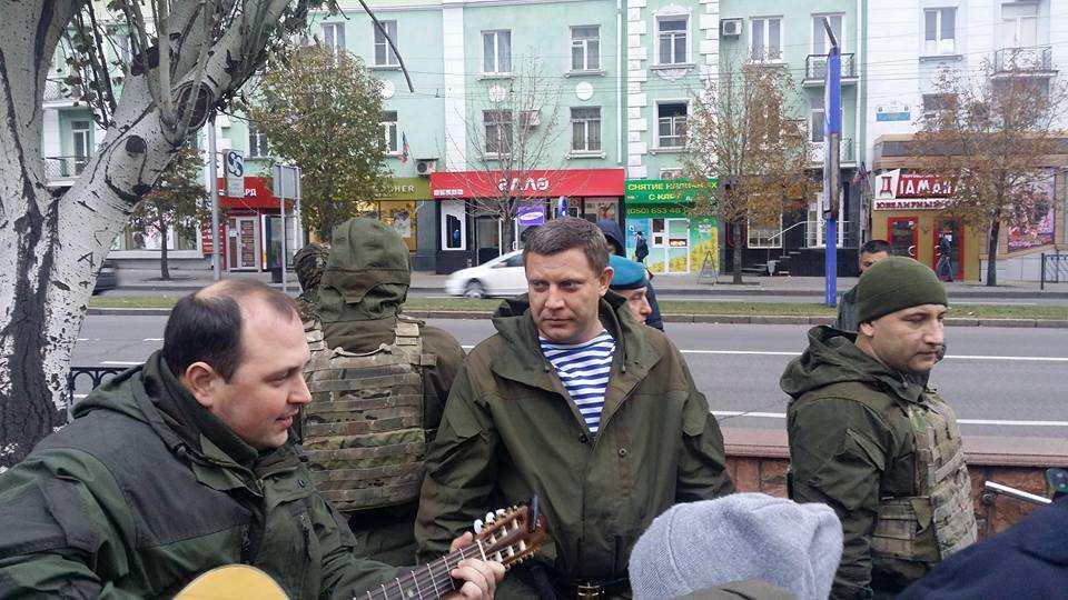 Народная Республика: руководители ДНР поют песни под гитару с молодежью на улицах Донецка (ФОТО)   Русская весна