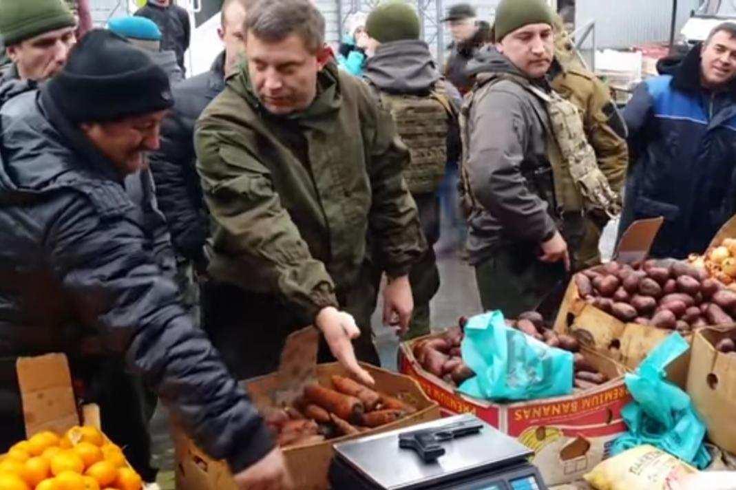 Инспекция от Захарченко — глава ДНР проверил точность рыночных весов с помощью пистолета (ВИДЕО) | Русская весна