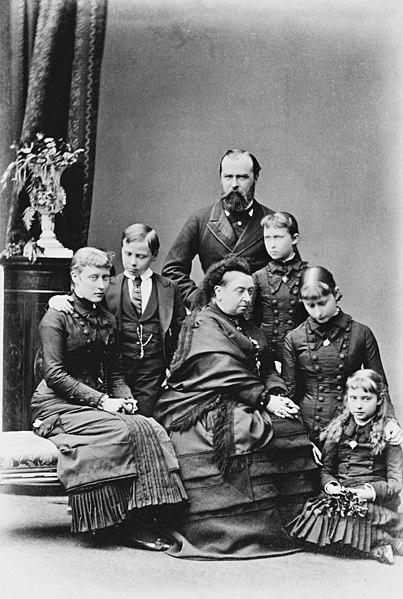 Файл: гессиана семьи с королевой Викторией в 1879.jpg