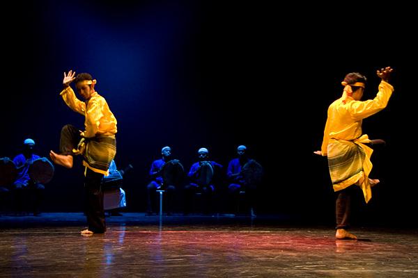 Танец провинции Ачех, основанный на боевых искусствах