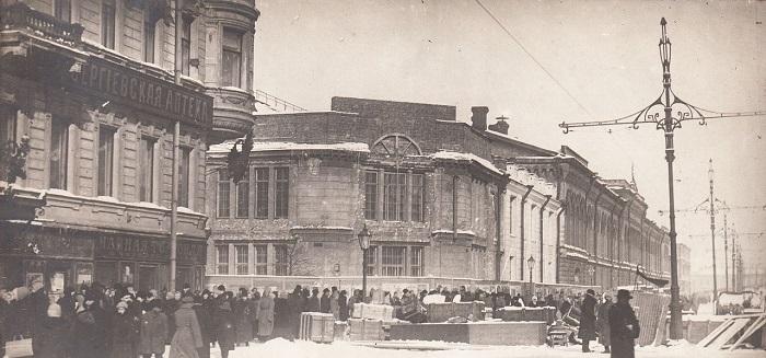 Толпы людей у баррикад арсенала. Петроград, 1917 год.