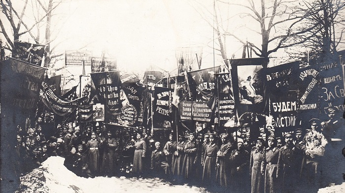 Общий снимок знамен в честь жертв революции на похоронах. Петроград,  23 марта 1917 года.