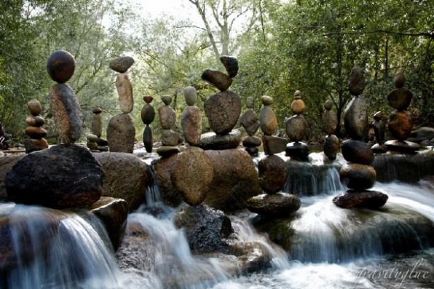 Невероятные балансирующие камни вопреки гравитации