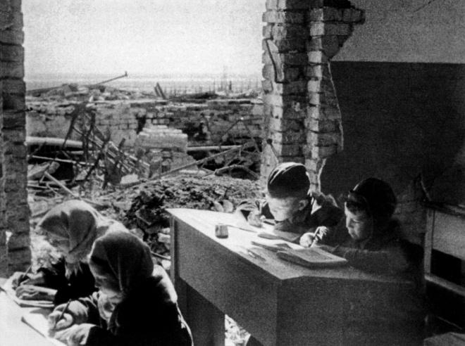 Дети за партами разрушенной школы в Сталинграде (1943)