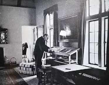 У. Черчилль работает за конторкой