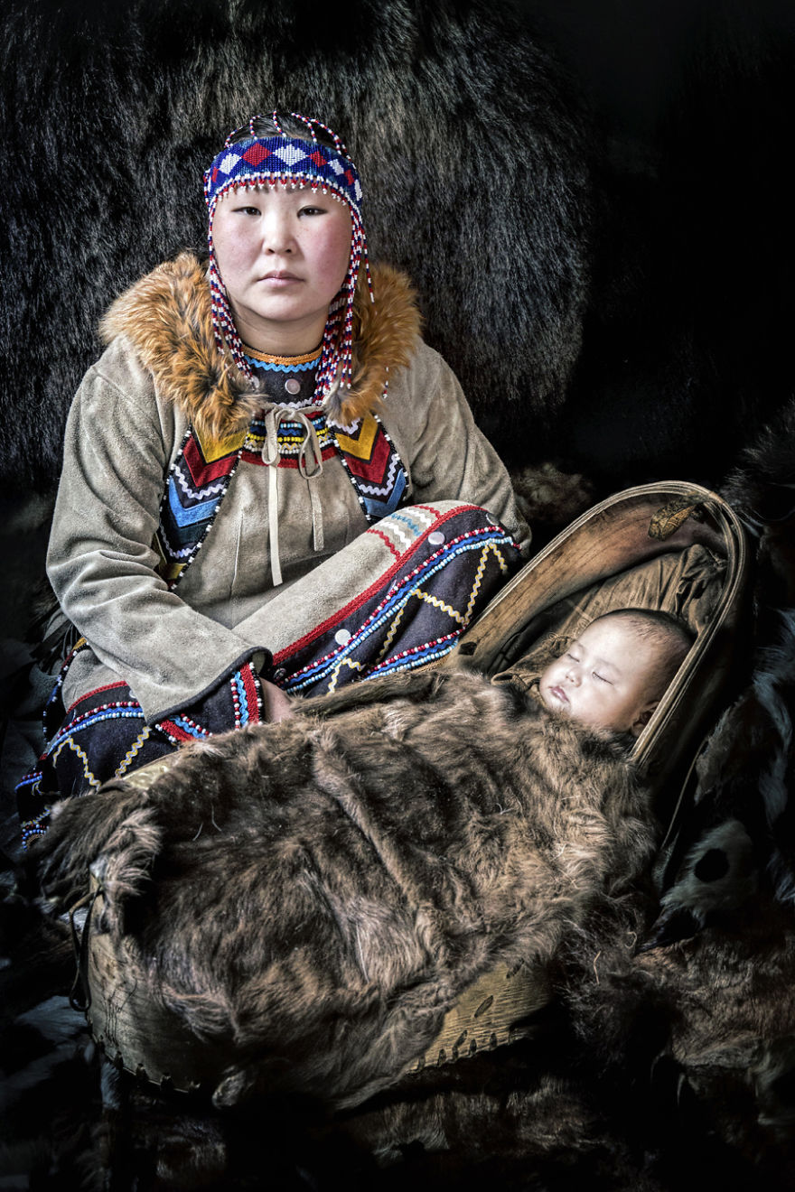 Мама из народа эвенки со своим ребенком