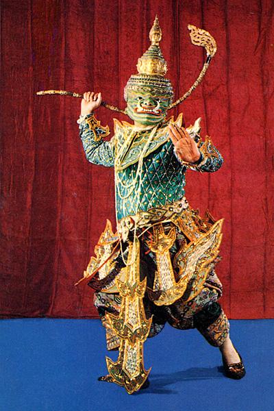 Танцор в национальном костюие.