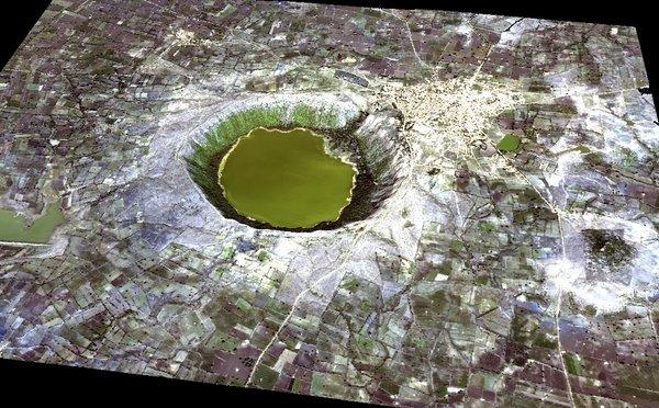 Кратер Лонар. Диаметр - 1800 м, глубина до 132 м. Источник фото: www.philosophicalanthropology.ne