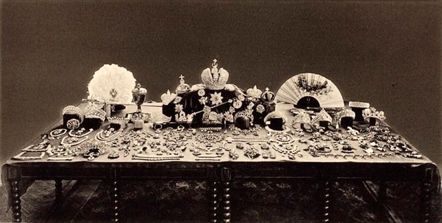 Сокровища дома Романовых, которые большевики собирались выставить на торги. Найденные тиары находятся по центру.