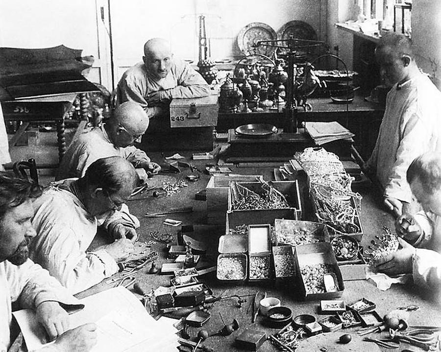 Сотрудники Гохрана вынимают камни из ювелирных изделий. 1923 г.