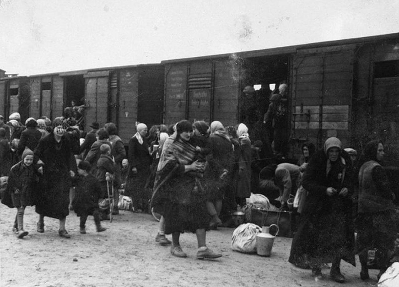 Переселенцев часто перевозили в товарных вагонах