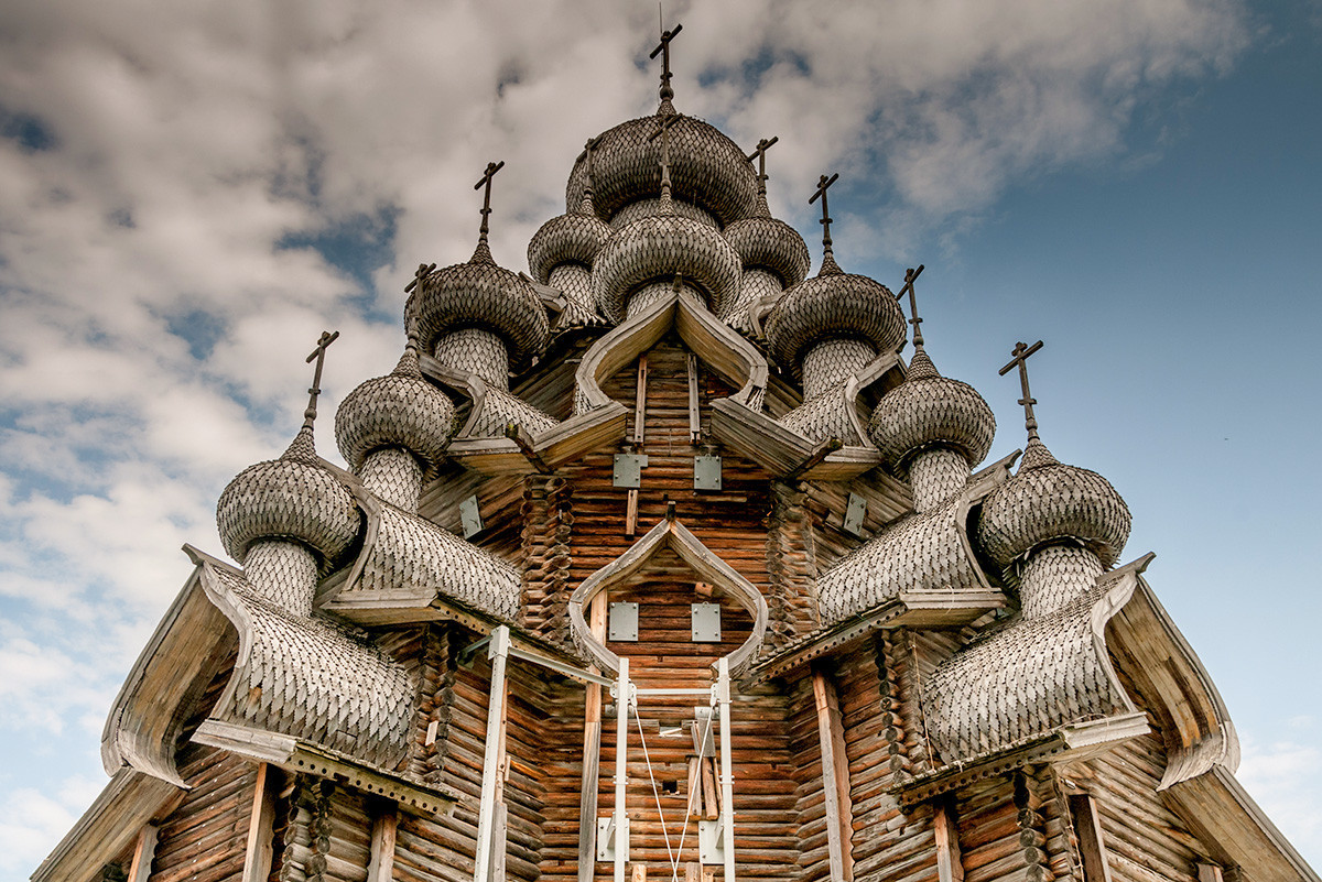 Церковь Преображения Господня XVII века на острове Кижи, республика Карелия