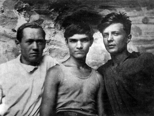 Юрий Кнорозов [в центре] с друзьями. <br>