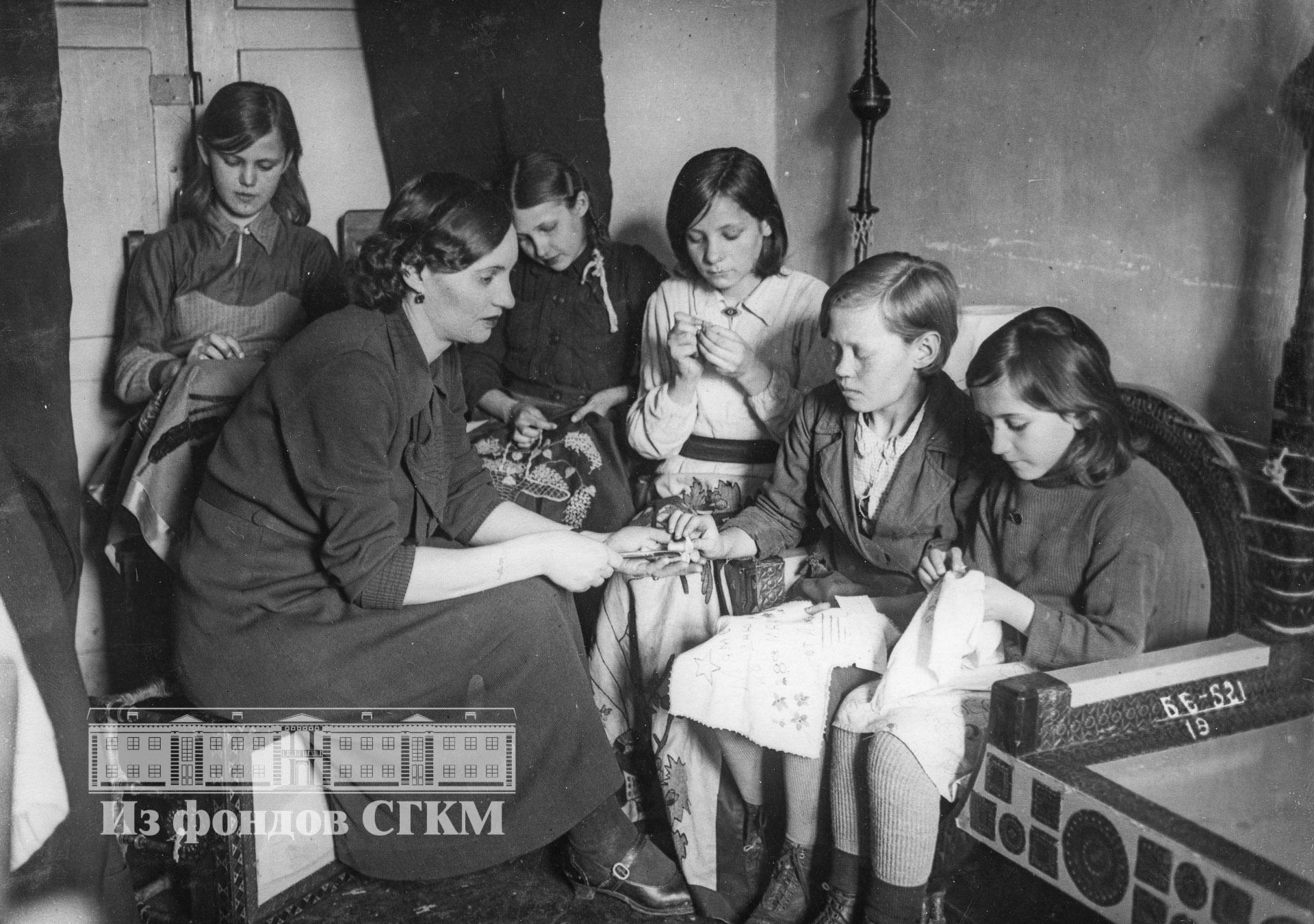 1940. Дом пионеров. Кружок художественной вышивки