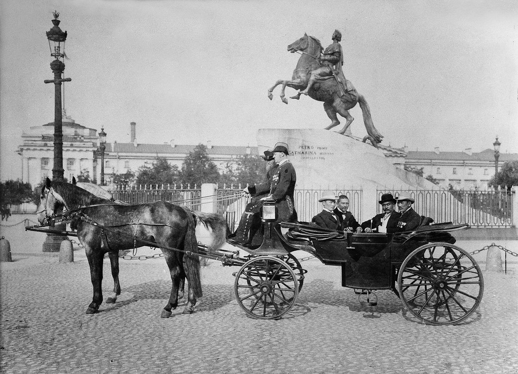 У памятника Петру I. 1901
