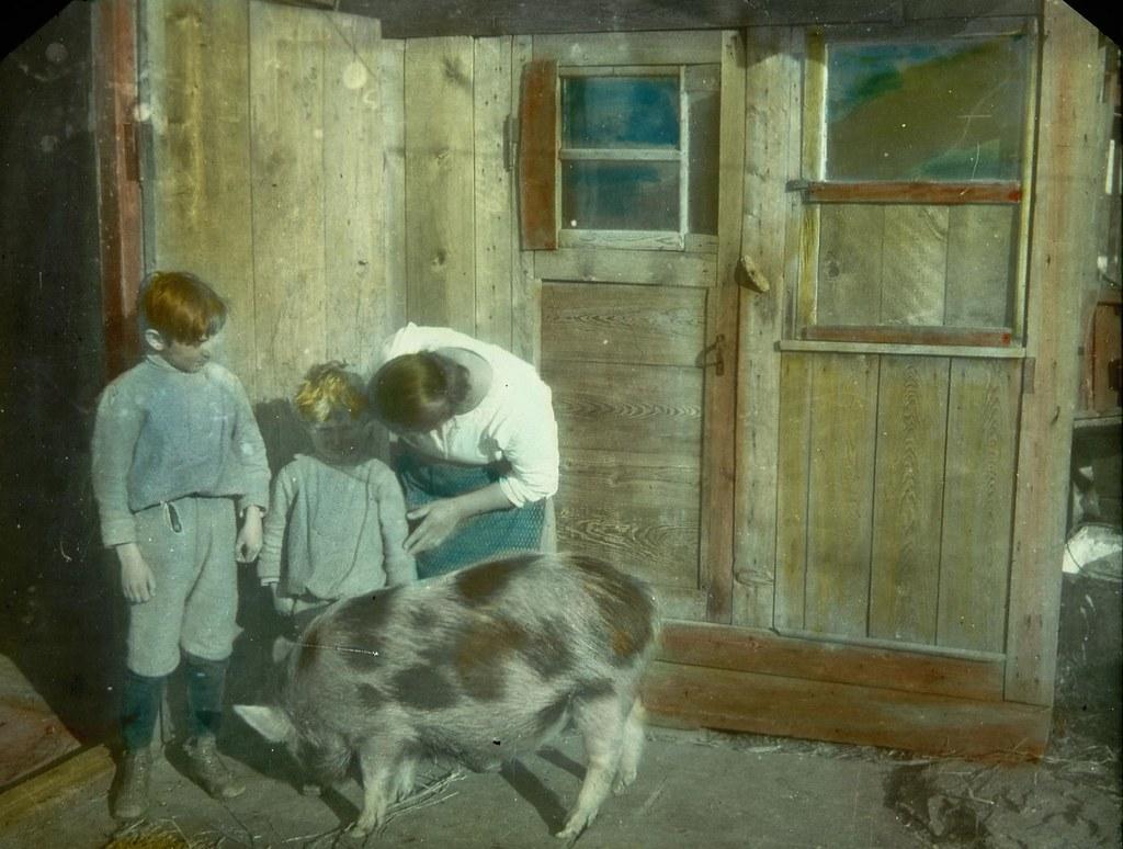 Мать с детьми на пороге сельского дома