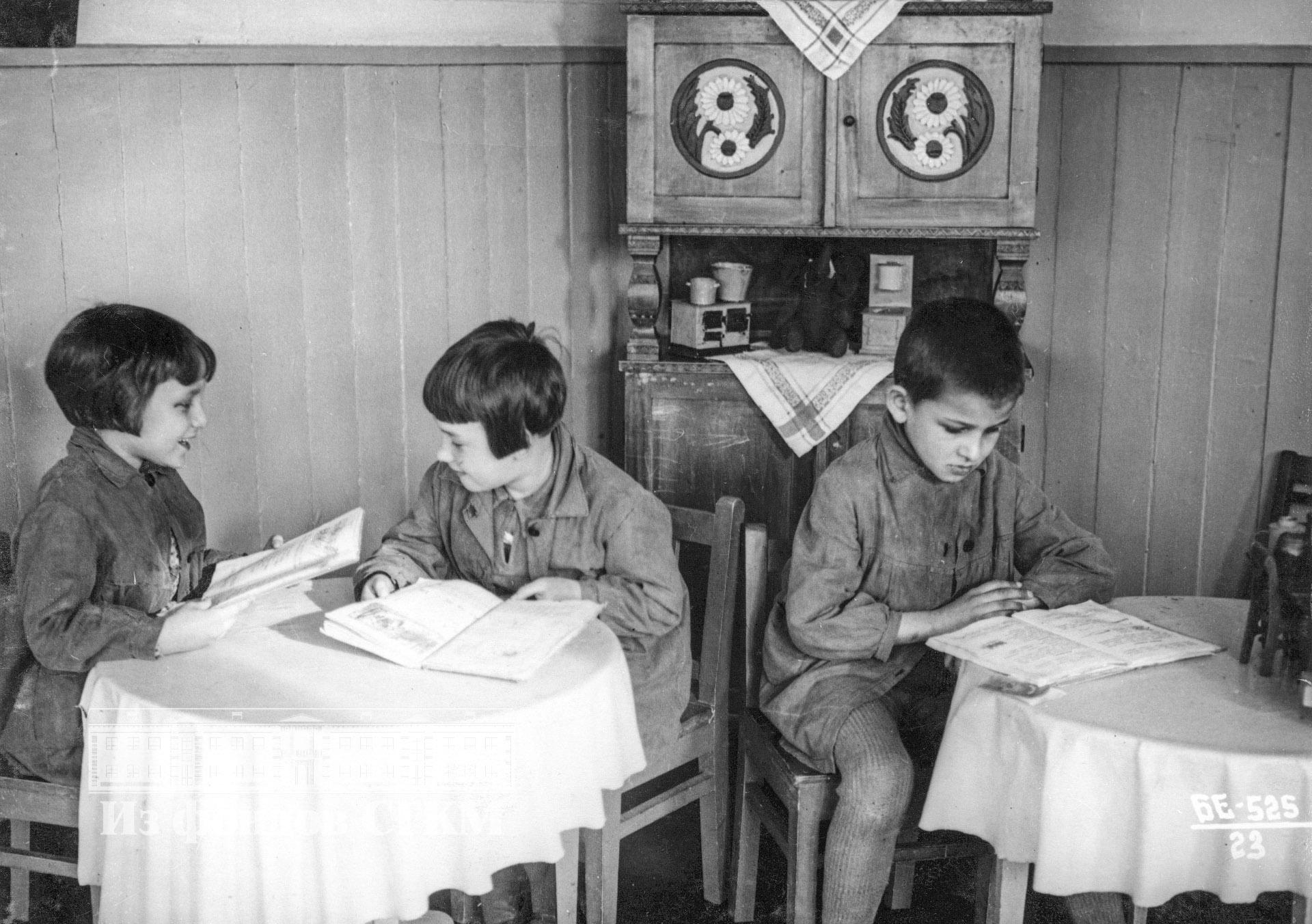 1940. Детский сад строительства. Старшая группа, чтение сказок.