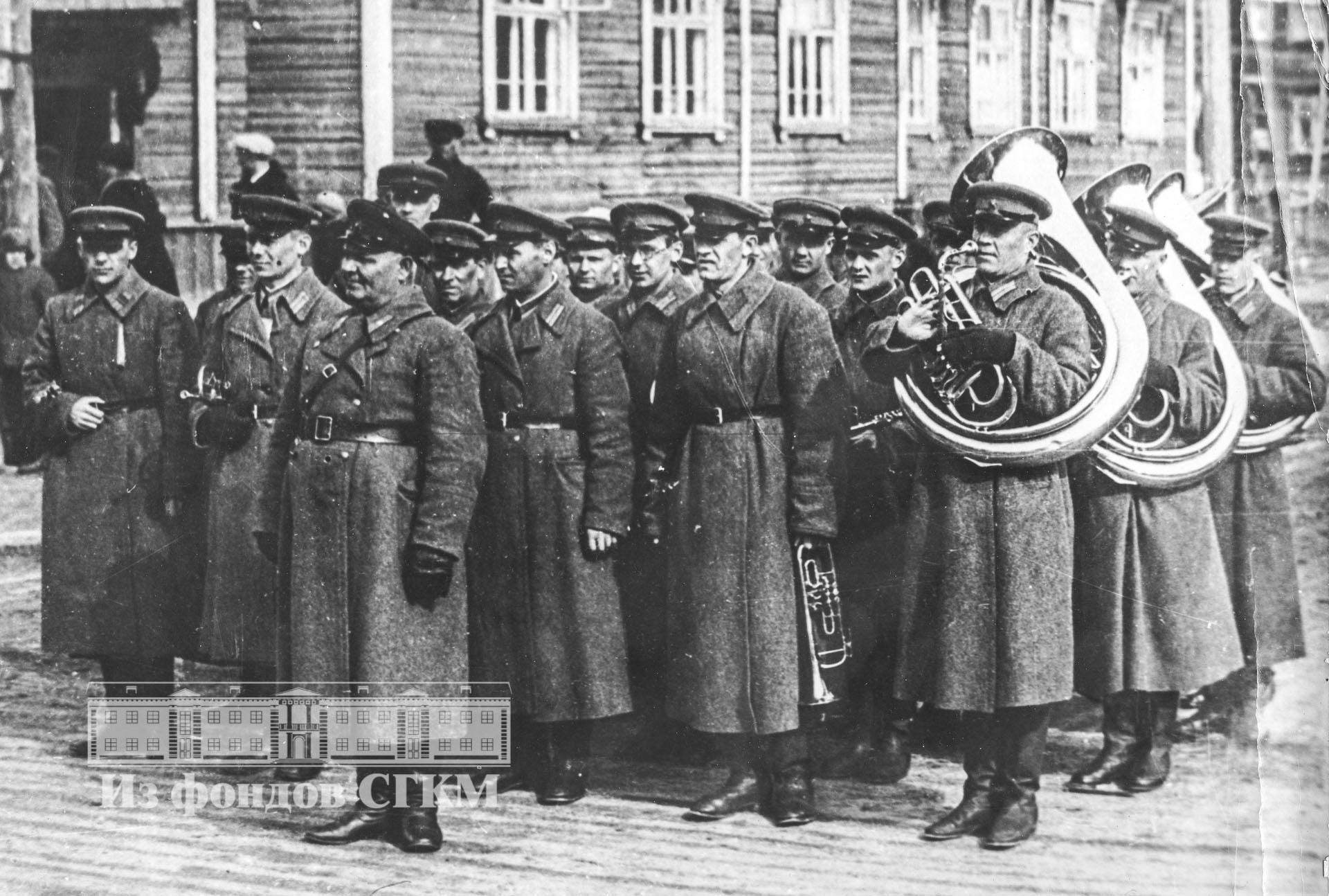 1941. Оркестр ВОХРа перед началом парада. 1 мая
