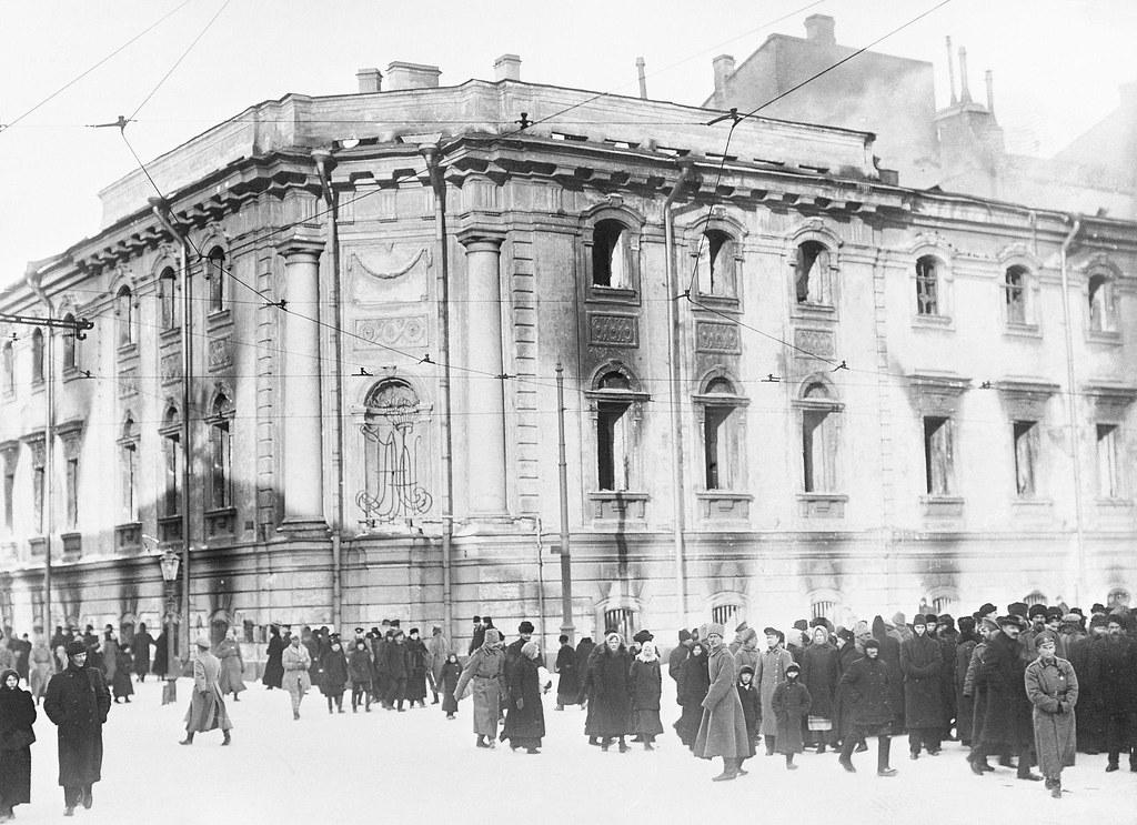 Сгоревшее здание Окружного суда в Петрограде