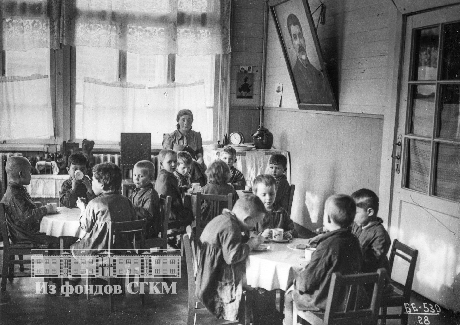 1940. Детский сад строительства. Старшая группа. Обед