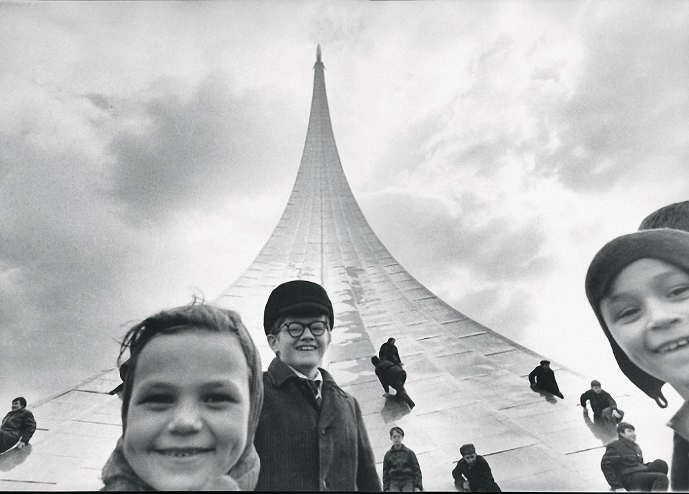 У монумента