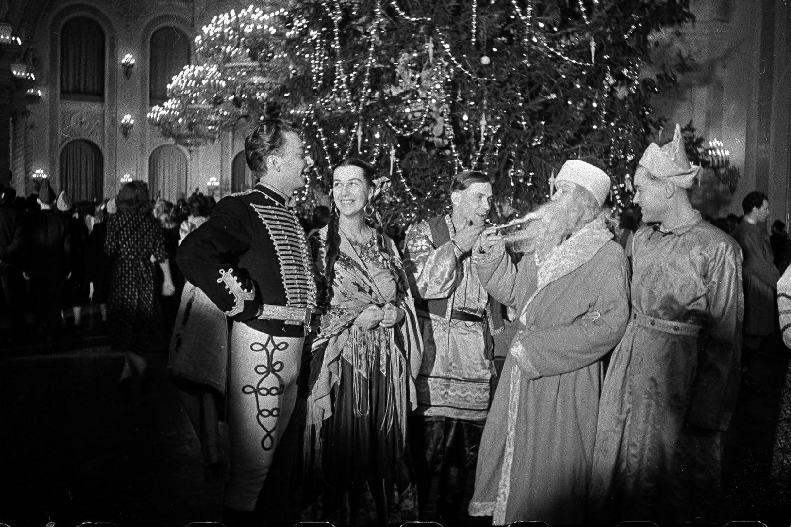 1956. Участники новогоднего бала в Большом Кремлёвском дворце. Автор Б. Ярославцев.