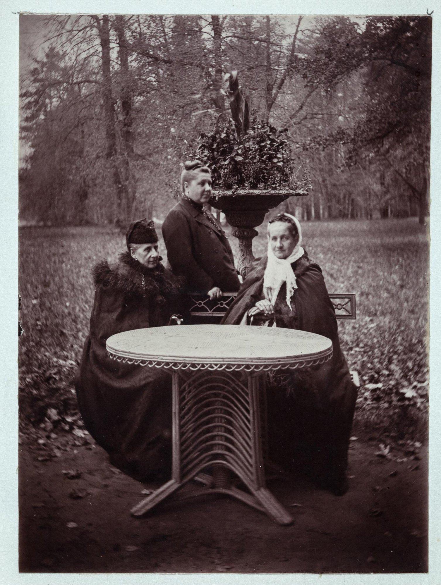 1895. Суханово. Светлейшая княгиня Ольга Петровна Волконская (1845-1919), урожденная Клейнмихель, с родственницами